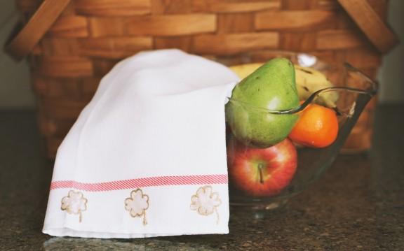 Shamrock Tea Towel | www.gimmesomestyleblog.com #shamrock #diy #stpatricksday
