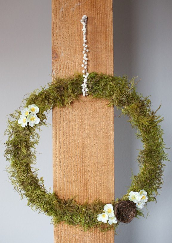 Celebrate Easter and welcome spring with this simple DIY moss wreath! | www.gimmesomestyleblog.com #diy #wreath #spring #easter