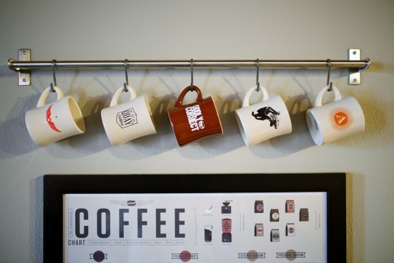 Hang your favorite souvenir mug on display | www.gimmesomestyleblog.com