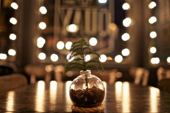 Make a Simple Ornament Vase Centerpiece this holiday season! | www.gimmesomeoven.com/style #ornament #green #vase #centerpiece #christmas #holiday