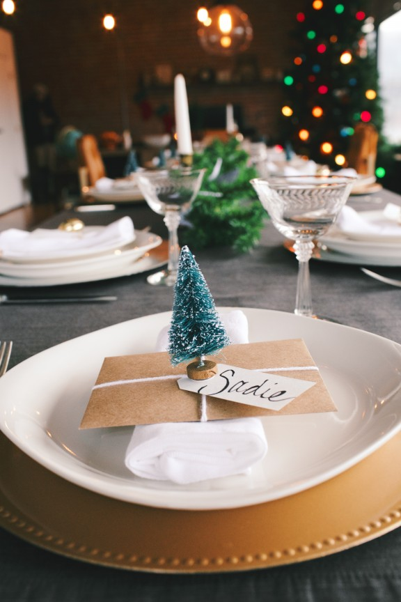 DIY Christmas Place Card | www.gimmesomeoven.com/style #christmas #tablesetting #holiday #DIY
